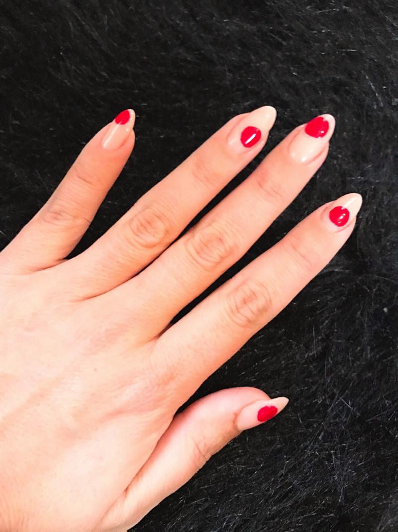 Naglelack Trends: rote Punkte
