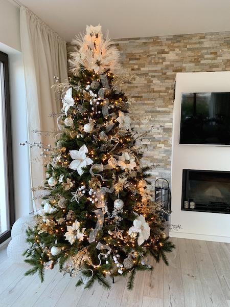 Weihnachtsbaum in zartem Weiss
