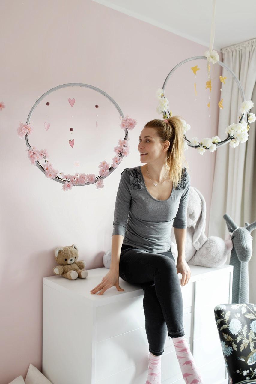 Kinderzimmerdeko BlütenkranzAnnett sitz vor dem Ergebnis