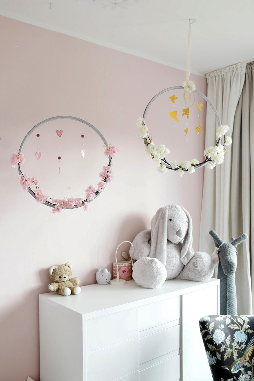Kinderzimmerdeko Blütenkranz hängend im Zimmer
