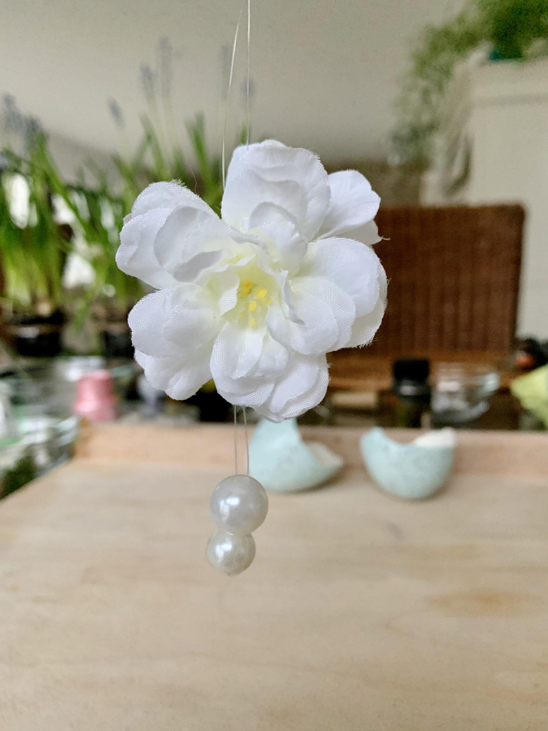 filigrane Osterdeko Blüte und Perlen