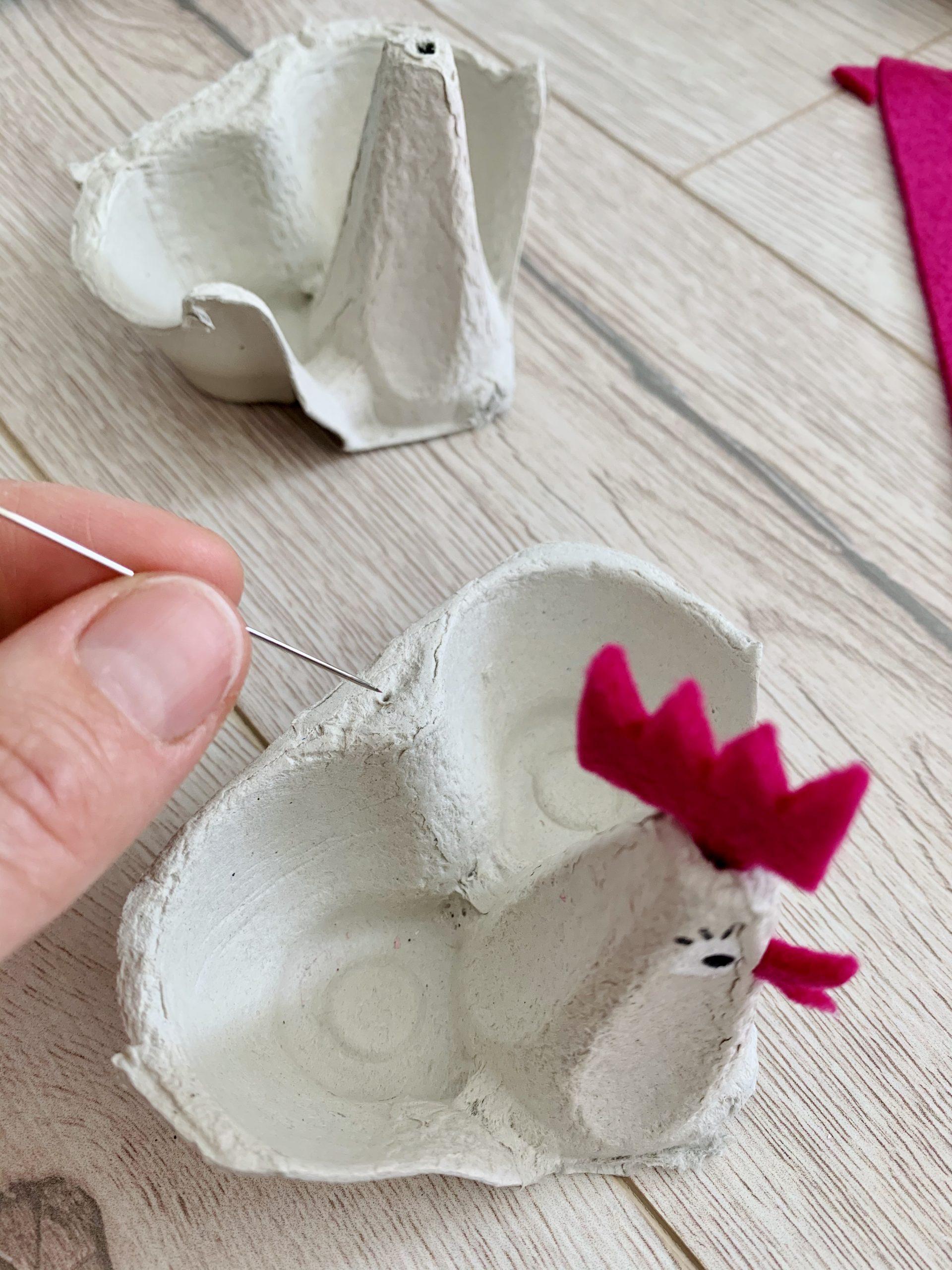 Ostereierdeko mit Nadel Löcher für den Schwanz stechen