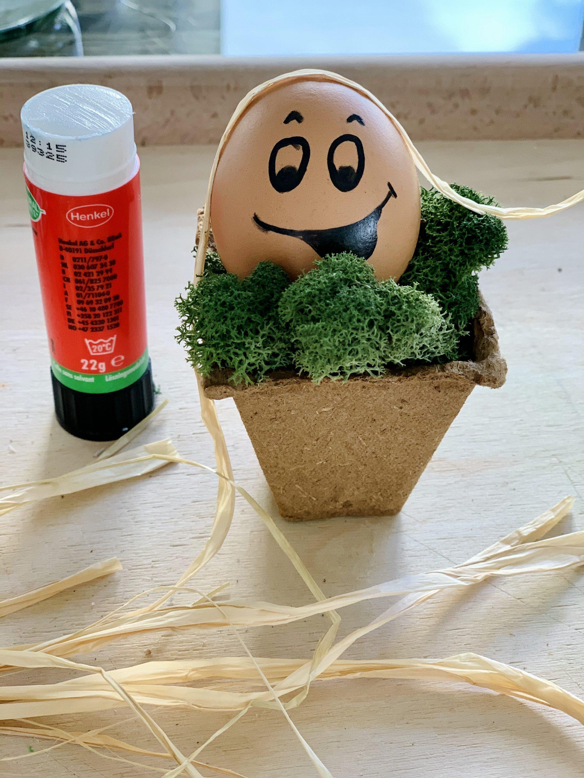 Ostereierdeko Ei mit Mädchengesicht und Klebestift