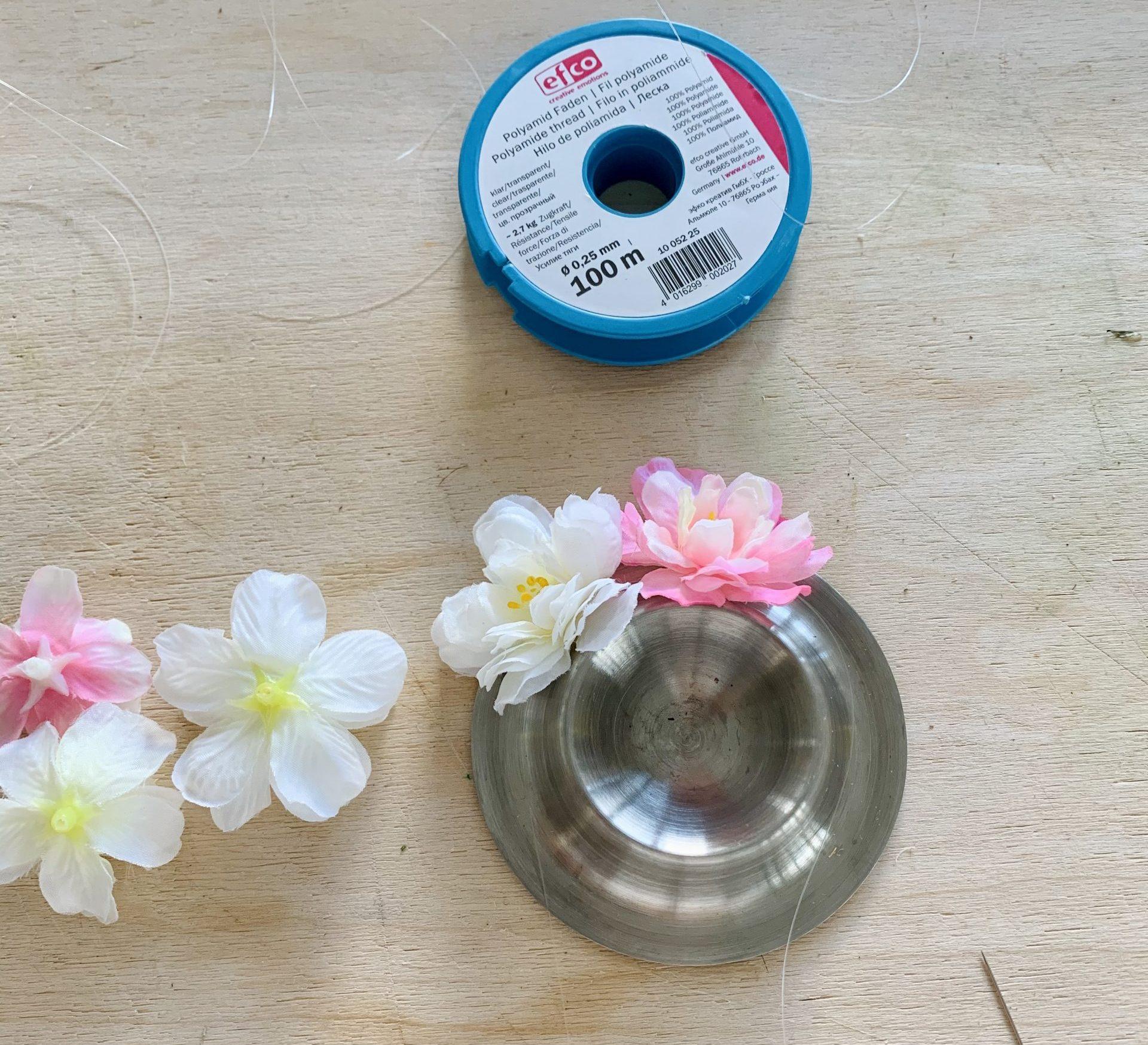 Ostereierdeko Blumen werden aufgefädelt