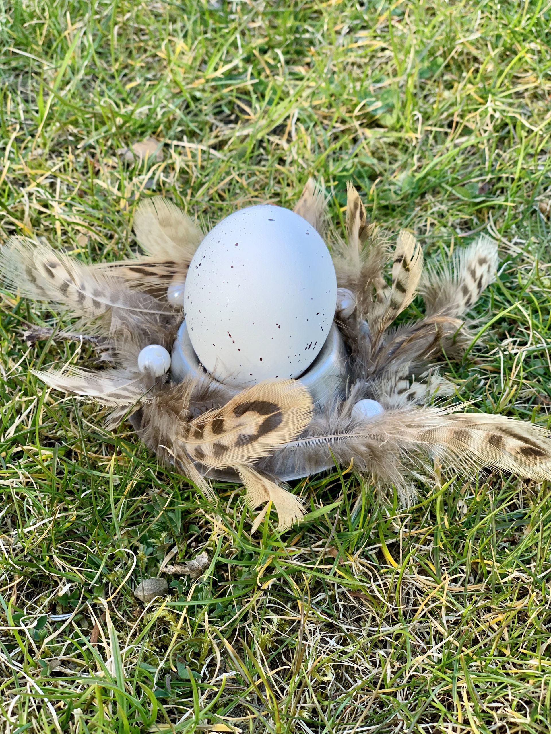 Ostereierdeko Eierbecher mit Federn