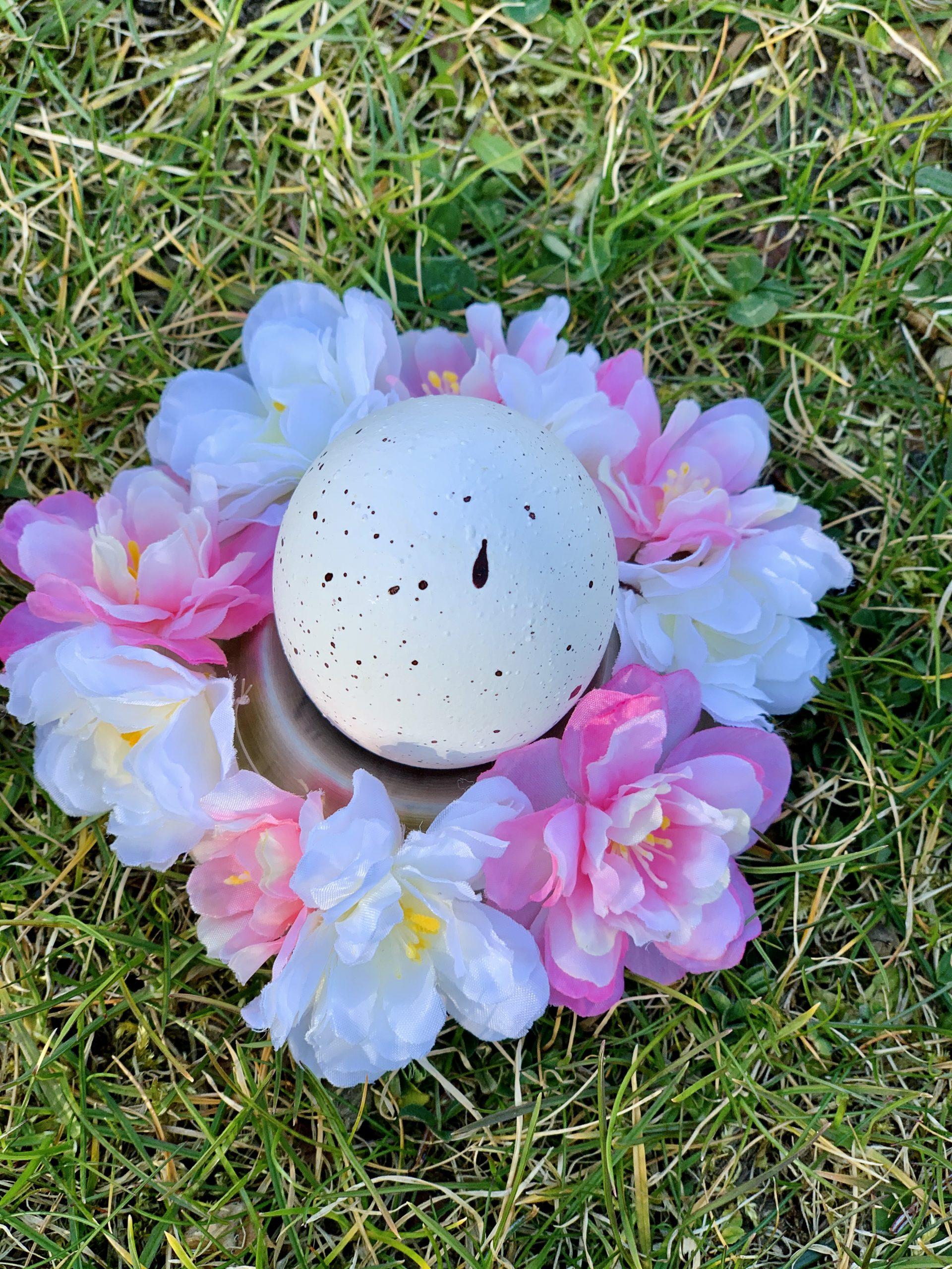 Ostereierdeko mit Blumenkranz